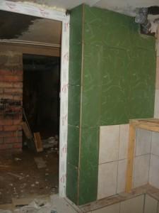 Выложенный плиткой косяк дверного проема со стеной с правой стороны