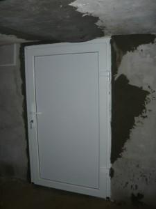Установленная дверь для входа в погреб