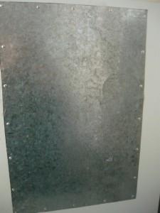 Вид на приклепенный лист оцинкованного железа снаружи