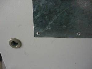 Вид на фрагмент заклепанного листа оцинкованного железа вблизи