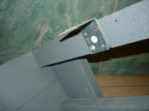 Кронштейн для крепления ступенек к стене погреба