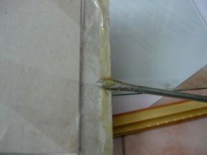 Намазка клеем края бумажной рамки