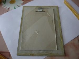 Вид на промазанные клеем края бумажной рамки