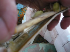 Промазывание клеем картона под сломанной частью рамки