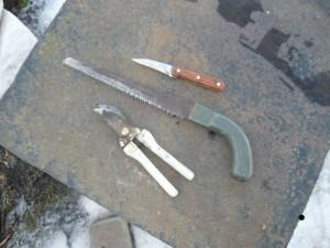 Секатор, пилка для обрезки веток и нож