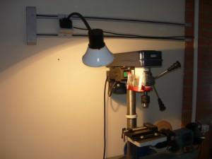 Вид на смонтированный и включенный светильник у сверлильного станка