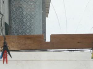 Установка дощечки на раму балкона с другой стороны
