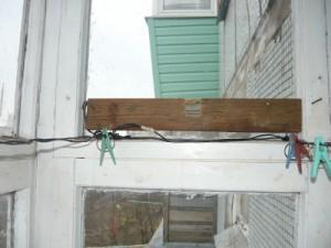 Установка дощечки на раму  балкона с одной стороны