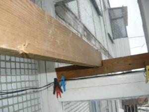 Установка конца рейки в прорезь с одной стороны