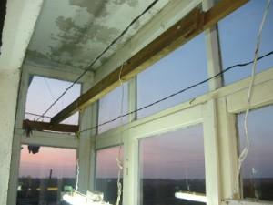 Общий вид на установленную рейку вдоль балкона