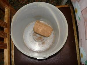 Помещение брикета в ведро для замачивания