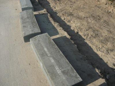 Заготовленные бордюры для строительства тротуара