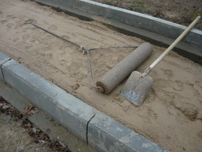 Уплотнение песка ручным катком