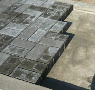 Укладка плитки в шахматном порядке в перекрестном направлении по две штуке