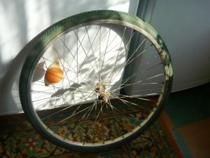 Вид на колесо велосипеда со старой покрышкой