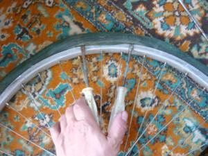 Вытягивание части покрышки двумя отвертками