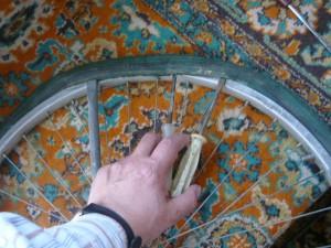 Отворот края покрышки при помощи третьей отвертки