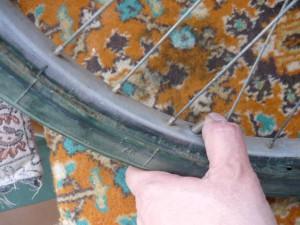 Выталкивание золотника камеры через отверстие обода колеса