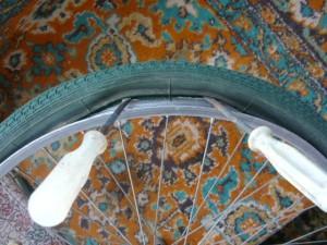 Снятие покрышки с обода колеса