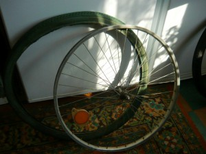 Снятая покрышка с обода колеса