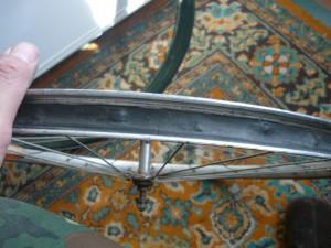 Осмотр внутренней поверхности обода колеса