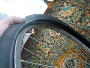 Надевание новой покрышки на обод колеса