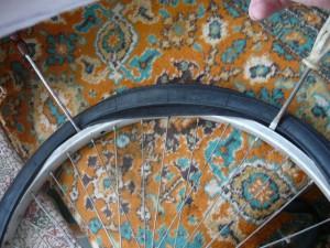 Начало установки новой покрышки на обод колеса