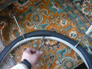 Установка одной стороны покрышки на обод колеса