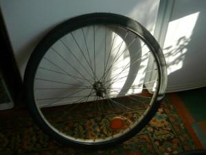 Первичная установка новой покрышки на обод колеса