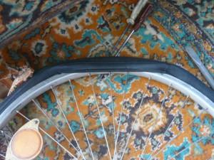Вид на окончание заправки покрышки на обод колеса