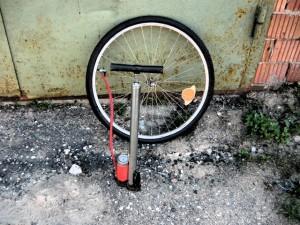 Накачка колеса насосом для проверки герметичности с последующей установкой на велосипед