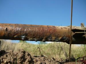 Образовавшаяся течь воды рядом с хомутами