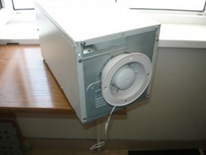 Закрепленный вентилятор в корпусе
