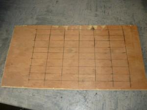 Вырезанный прямоугольник из фанеры с разметкой сетки