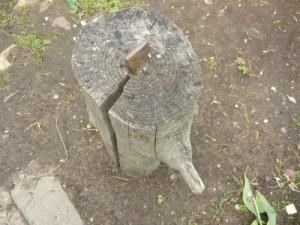 Бабка, вбитая в деревянный чурбан