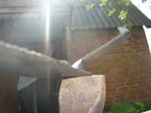 Положение лезвия косы при отбивании на бабке