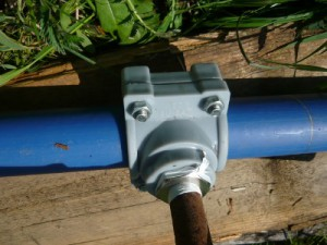 Монтаж накладки на пластиковую водопроводную трубу