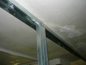 Монтаж большого профиля вверху у потолка