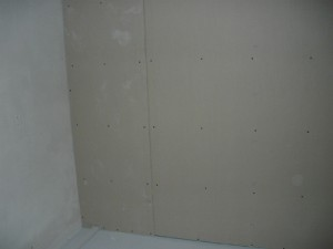 Вид на смонтированный гипсокартон у стены и пола