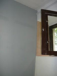 Вид на готовую перегородку возле окна