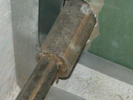 Вид на монтаж перегородки через трубу отопления