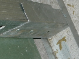 Вид на наращенный кусок металлического профиля