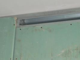 Вид на монтаж листов гипсокартона в проблемном месте