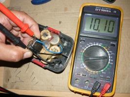 Замер напряжения аккумулятора отремонтированного шуруповерта