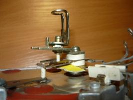 Чистка контактов терморегулятора мелкой наждачной бумагой желтого цвета