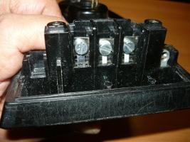 Вид на подсоединенные выводы нагревателя утюга