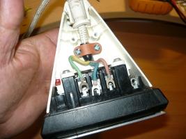 Освобожденные концы проводов от зажимов контактной колодки утюга