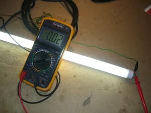 Проверка работоспособности светодиодной лампы тестировантем амперметра