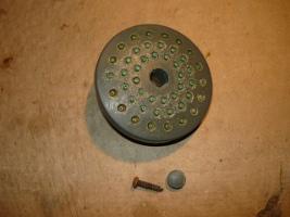 Снятый рассеиваиель с винтом крепления и заглушкой