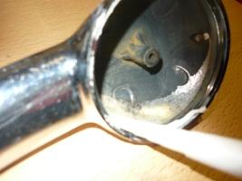 Нанесение силикона на внутреннюю поверхность корпуса по краю